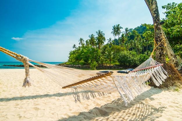 Amaca con spiaggia tropicale di bella natura