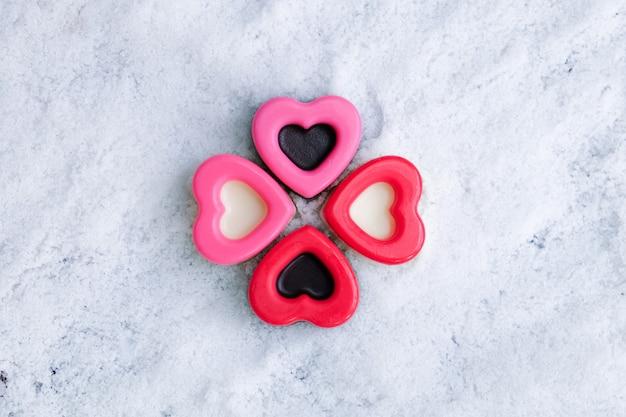 Amante dei cuori del cioccolato di san valentino su neve.