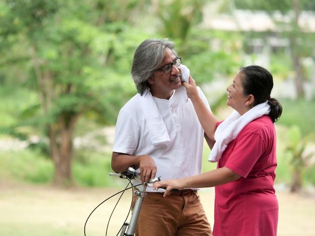 Amante di coppia senior in bicicletta nel parco