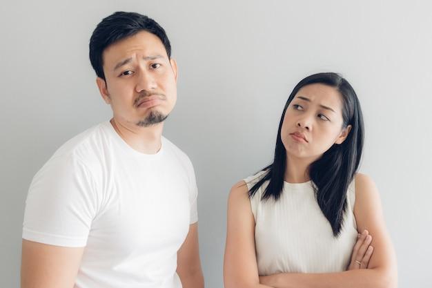 Amante di coppia triste in t-shirt bianca