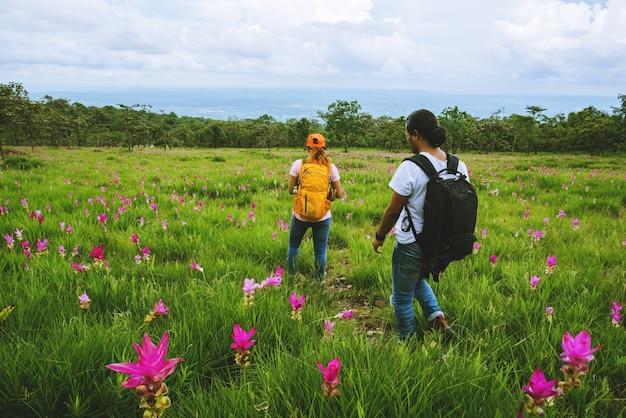 Amante donna e uomini asiatici natura di viaggio. viaggiare rilassati. giacimento di fiore di sessilis del cetriolo di fotografia.