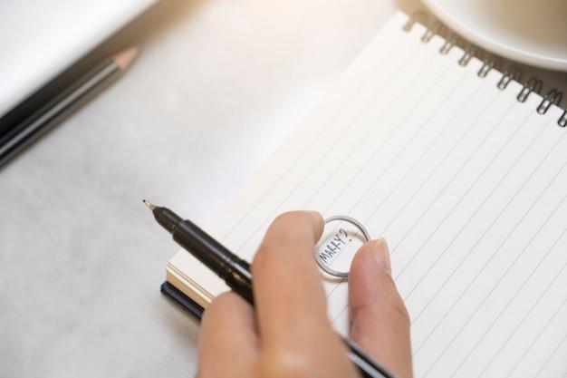Amante scrivere formulazione sposare sul taccuino con anello