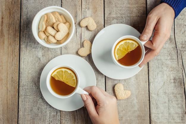 Amanti che bevono tè. messa a fuoco selettiva bevi caldo.