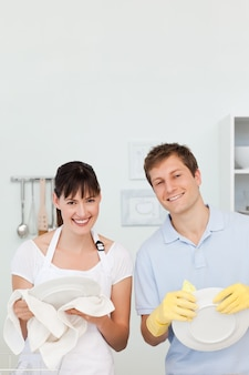 Amanti che lavano i piatti insieme