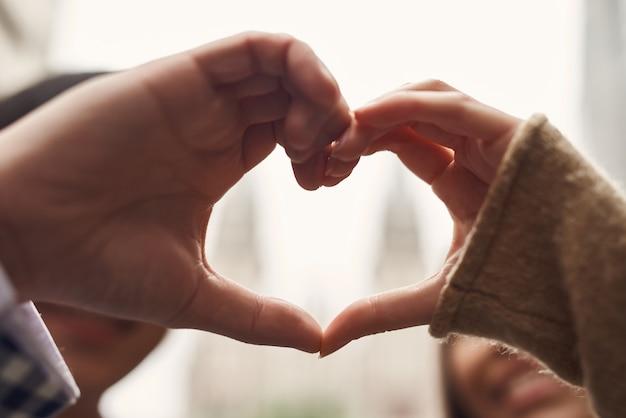 Amanti felici insieme per sempre a forma di mani di cuore.