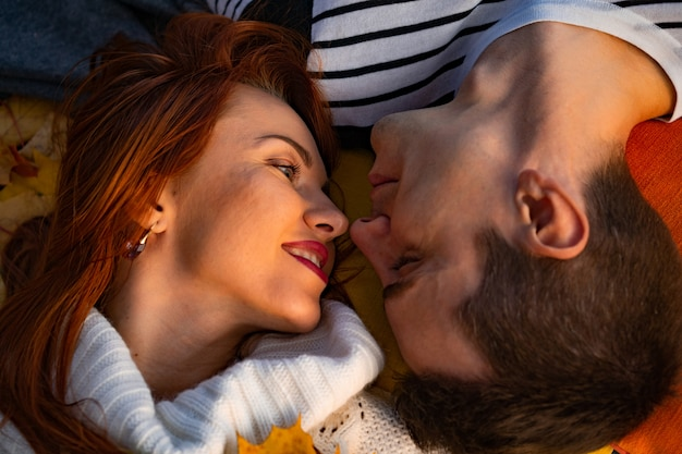 Amanti uomo e donna nel parco in autunno