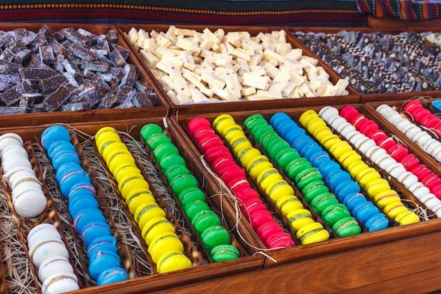 Amaretti colorati dolci tradizionali con tenaglie d'argento