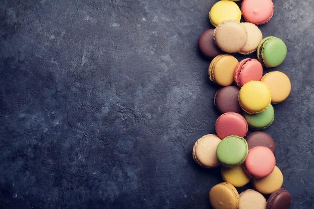 Amaretti colorati sul tavolo di pietra