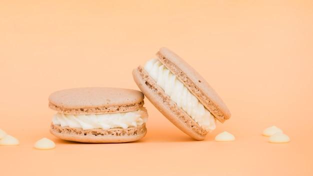 Amaretti cremosi deliziosi su sfondo beige
