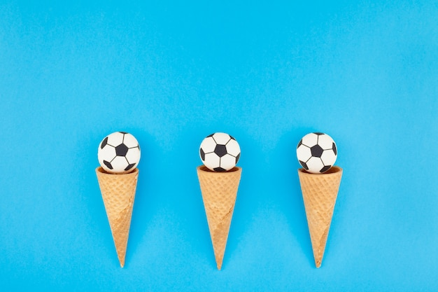 Amaretti di calcio nei coni di cialda