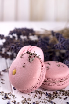 Amaretti dolci di lavanda francese con fiori di lavanda su fondo di legno bianco,