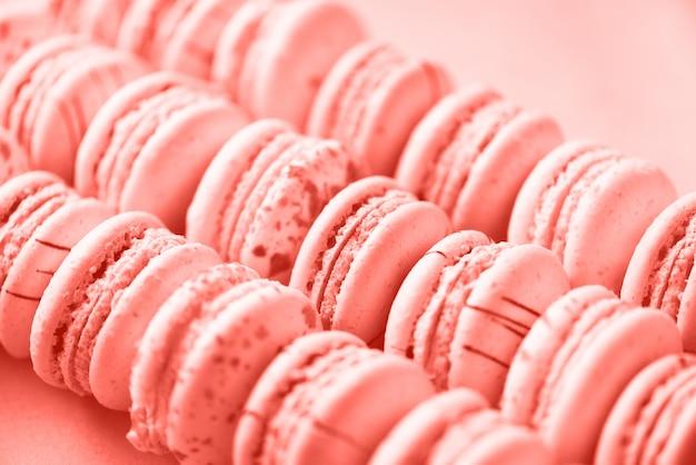 Amaretti francesi distesi piatti. macarons di colori pastello.