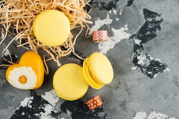 Amaretti gialli, cuore, cemento