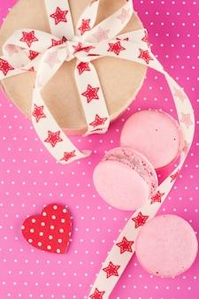 Amaretti rosa e confezione regalo kraft