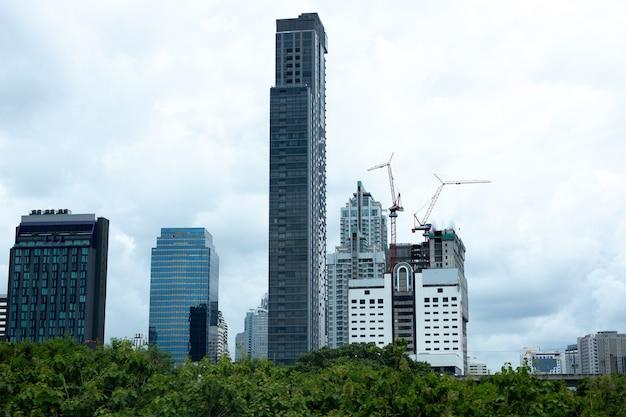 Ambiente concettuale edificio della città d'affari all'interno della foresta verde