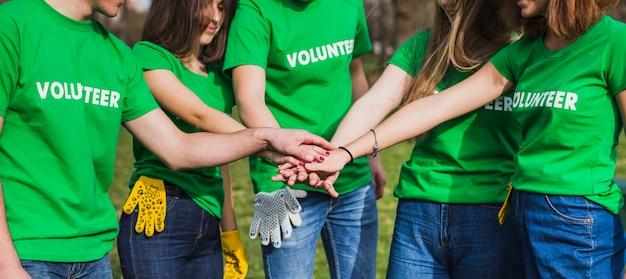 Ambiente e concetto di volontariato con un gruppo di persone