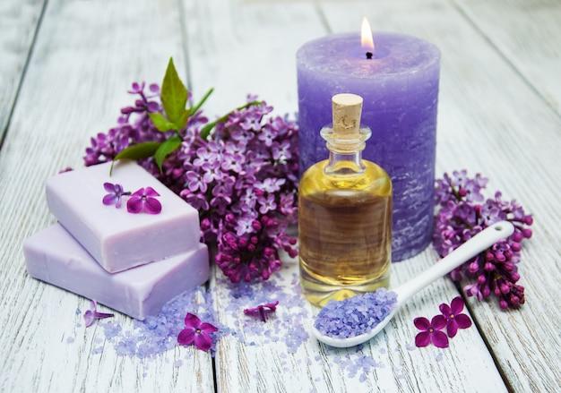 Ambiente termale con fiori lilla