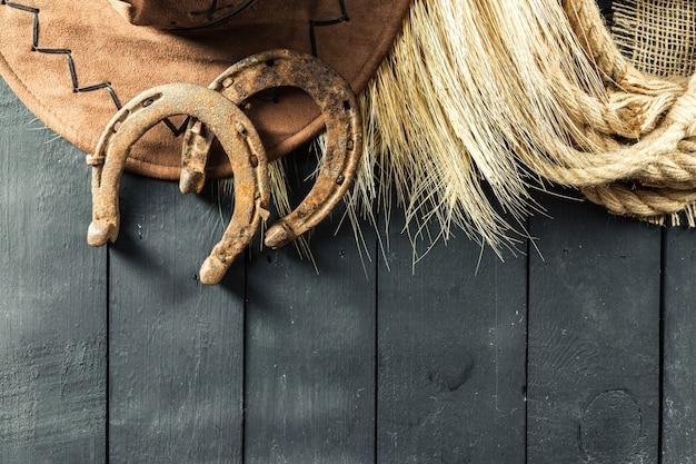 Americano occidentale ancora vita con vecchio ferro di cavallo
