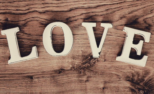 Ami il testo, vista superiore delle lettere di legno d'annata