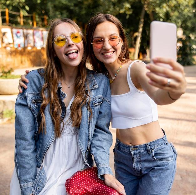 Amiche che prendono selfie