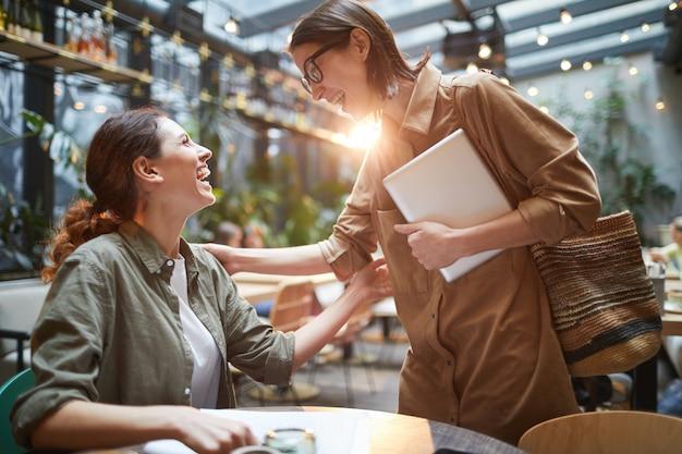 Amiche che si incontrano nel caffè