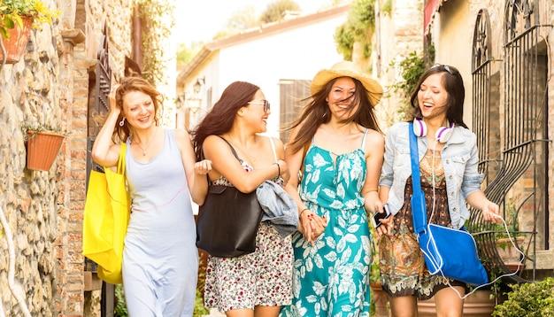 Amiche felici divertendosi nella città vecchia