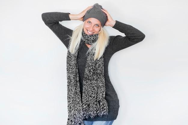 Amichevole donna in abiti caldi in posa per la fotocamera