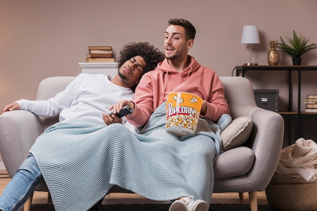 Amici a basso angolo che guardano film