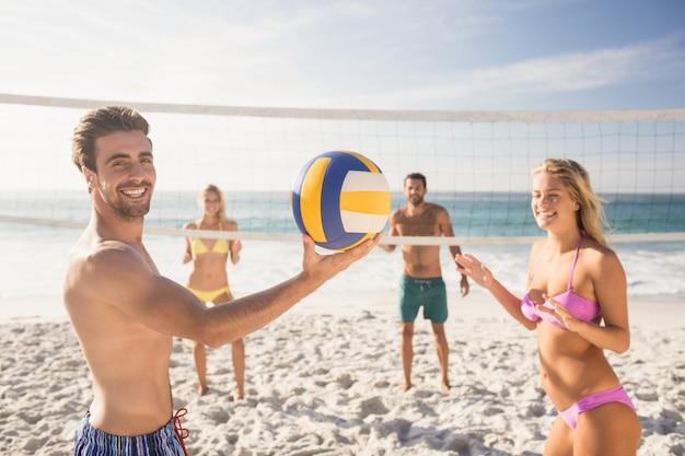 Amici a giocare a beach volley