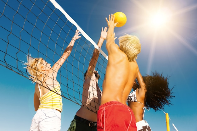 Amici a giocare a beach volley