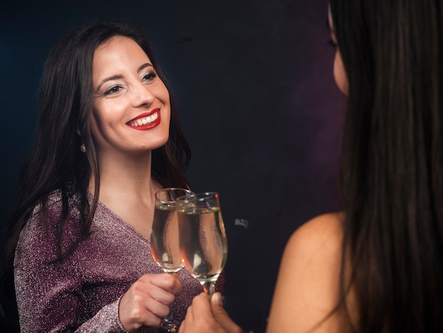 Amici a guardare l'altro con champagne alla festa di capodanno