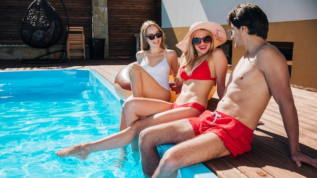 Amici a tiro lungo parlando in piscina