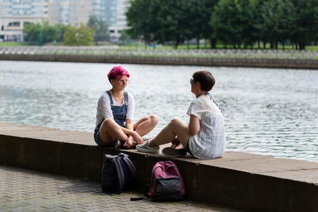 Amici a tutto schermo in chat vicino al fiume