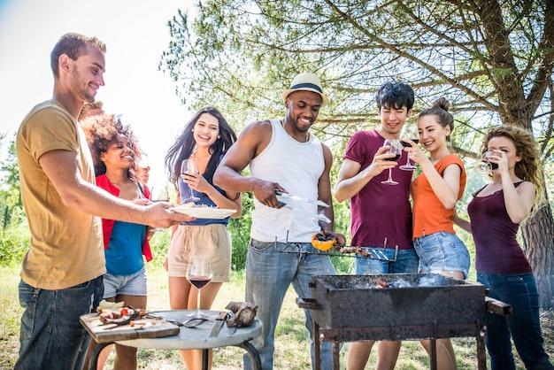 Amici a un barbecue