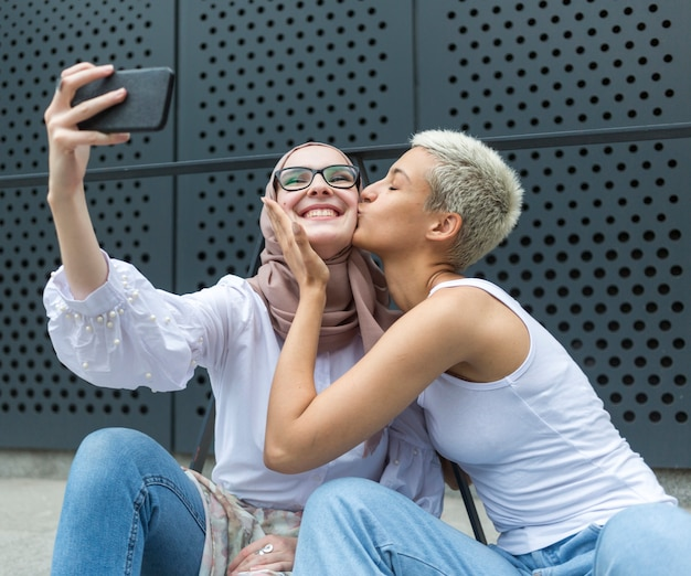 Amici adorabili che prendono un selfie insieme