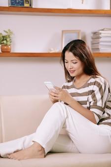 Amici adorabili della donna che mandano un sms