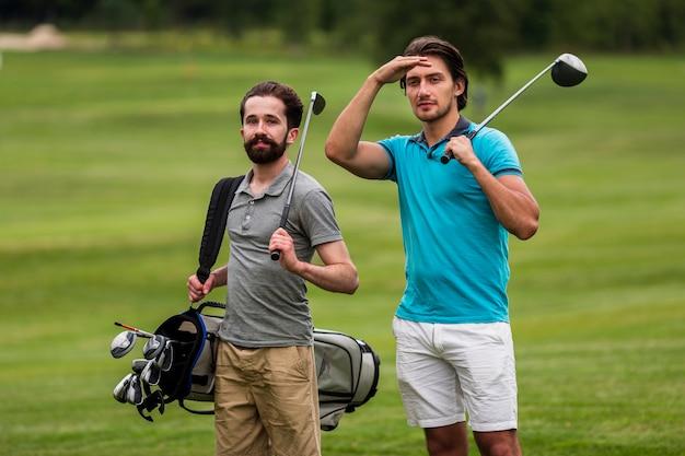 Amici adulti di vista frontale che giocano a golf