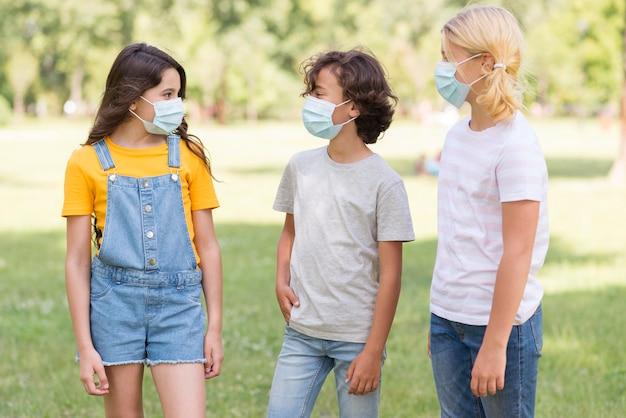 Amici all'aperto con maschera