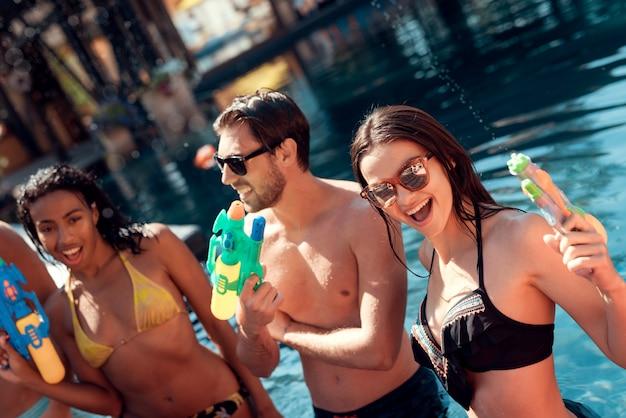 Amici alla festa in piscina. concetto di vacanze estive