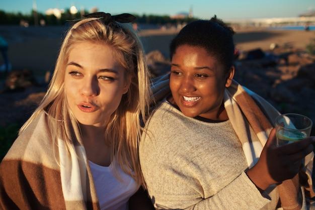 Amici alla sera in spiaggia