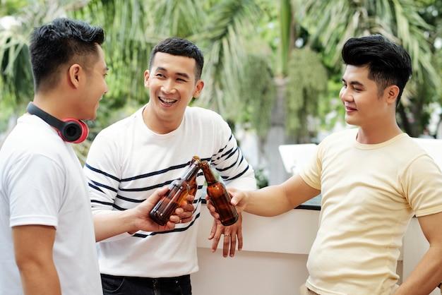 Amici allegri che bevono birra