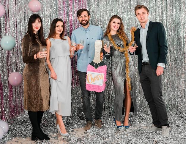 Amici allegri che celebrano il nuovo anno alla festa