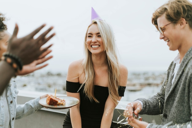 Amici allegri che celebrano una festa di compleanno in un tetto