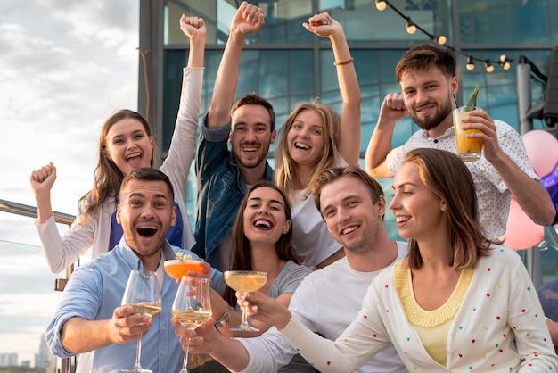 Amici allegri che posano ad una festa