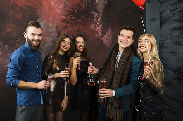 Amici amichevoli che celebrano il 2018