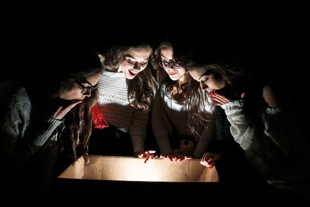 Amici attoniti alla ricerca all'interno di una scatola