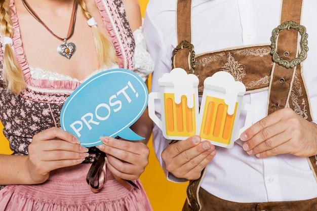 Amici bavaresi che tengono i segni più oktoberfest