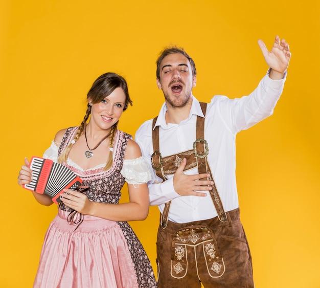Amici bavaresi sorridenti con la fisarmonica