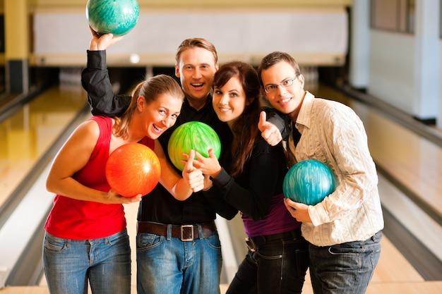 Amici bowling insieme