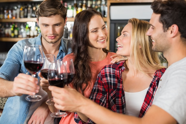 Amici brindando con il vino